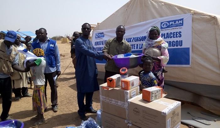 Site de déplacés de Foubé: Plan Burkina apporte des kits d'urgence à 432 ménages