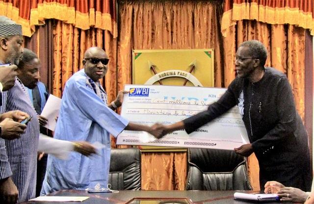 Sécurité nationale: Le Patronat burkinabè remet 100 millions de FCFA  aux FDS