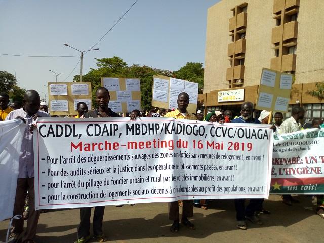 Droit au logement: Plusieurs associations marchent pour dénoncer la gestion du foncier
