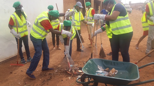 Journée internationale de l'environnement: Nestlé Burkina nettoie le marché de Dassasgho