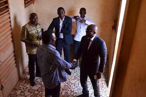 Le faso : Vie de la rédaction : Le ministre de la communication dans les locaux du Faso.net